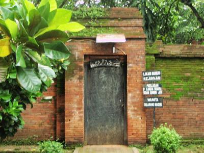 Di balik tembok inilah dulu Istana Pakungwati berada. Wanita dilarang ...